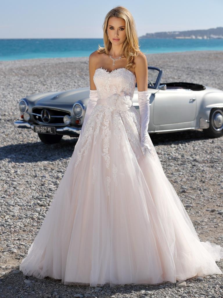 Abito da sposa collezione 2020 corpetto in pizzo rosa cipria